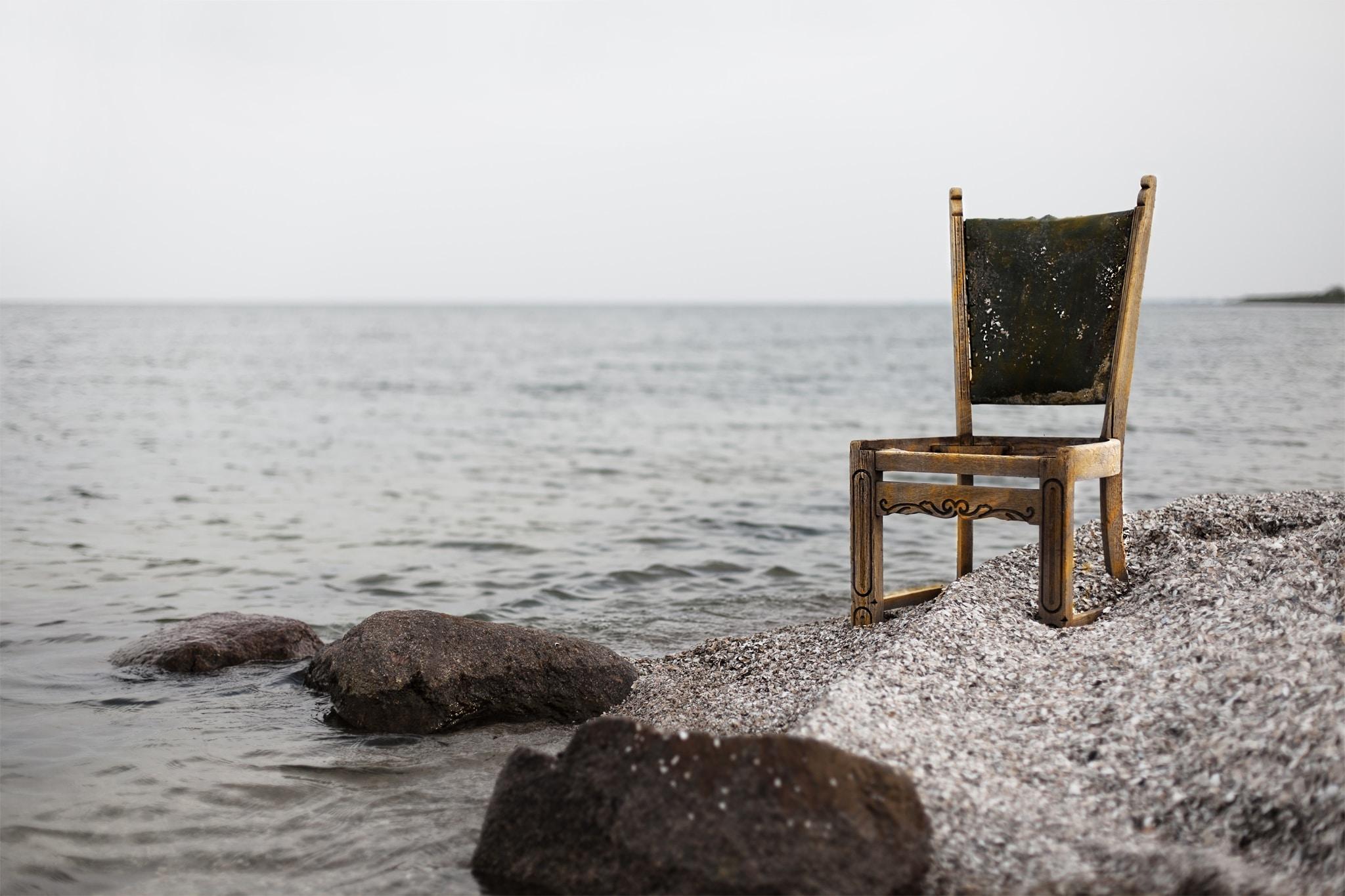 海辺に置かれた椅子