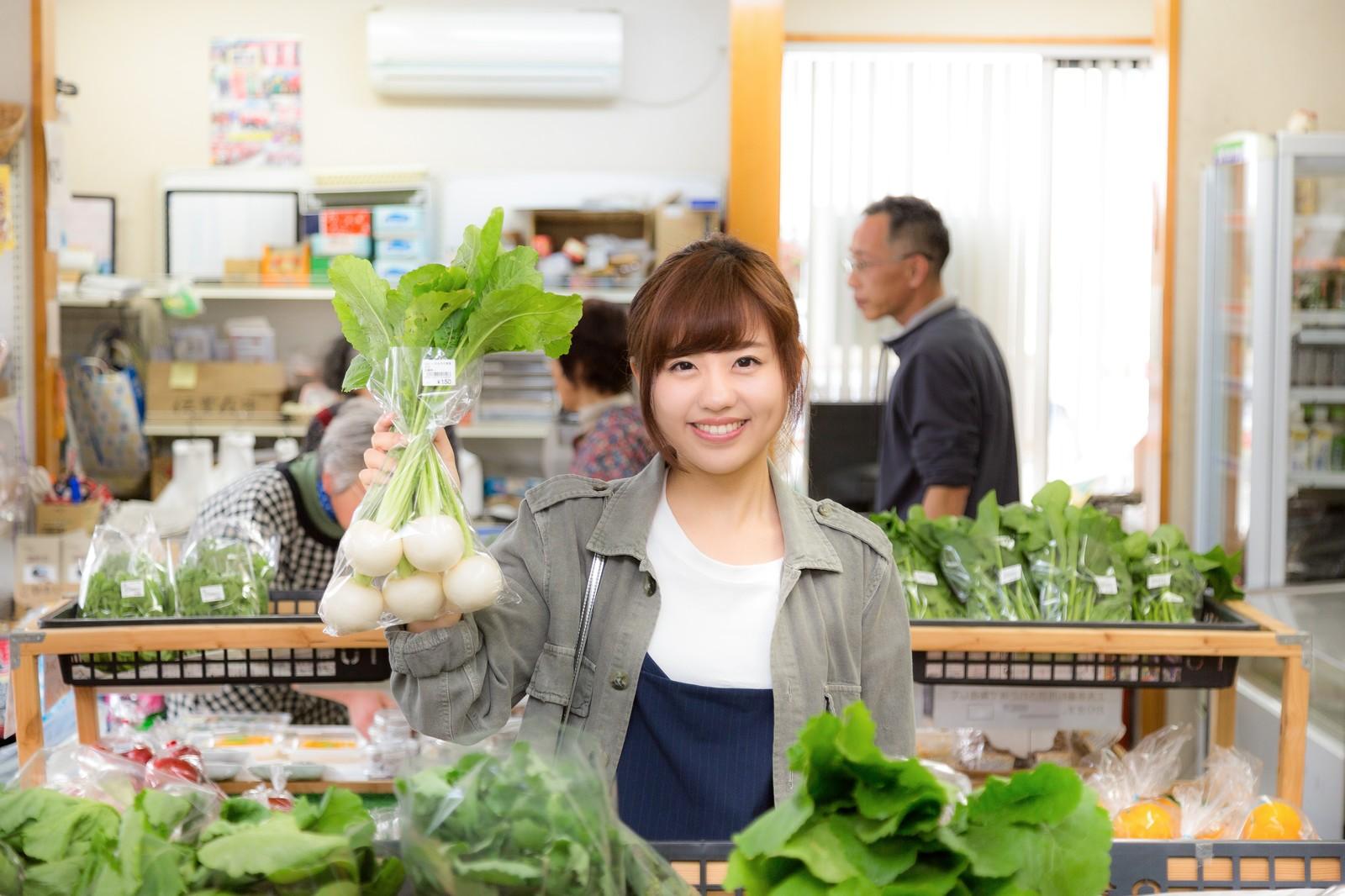 「株あがれー」の笑顔で店主のお株を奪う女性観光客とふれあい市場の様子のフリー画像(写真)