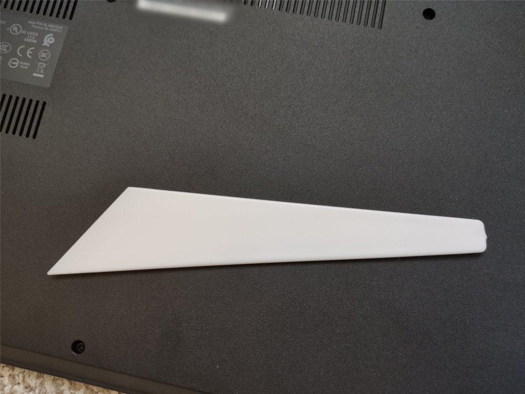ThinkPad E495 底面パネル開封に使うヘラ